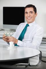 Geschäftsmann mit Geldscheinen