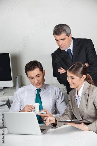 Geschäftsleute arbeiten am Laptop