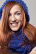 Frau mit schönem blauen Schaal und Mütze