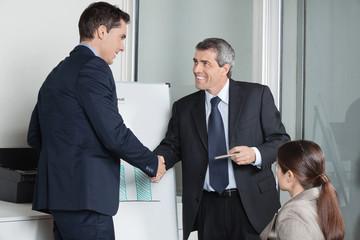 Geschäftsleute beim Handschlag