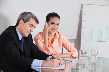 Geschäftsfrau telefoniert im Meeting