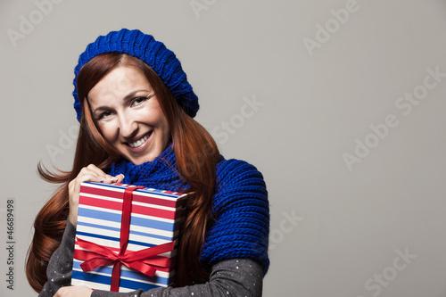 Hübsche Frau freut sich über ein Geschenk
