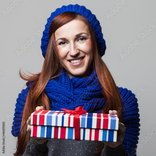 Hübsche Frau übereicht ein Geschenk