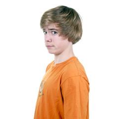 Teenager blickt skeptisch
