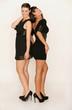 Sexy Freundinnen im schwarzen Abendkleid