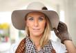 Porträt einer hübschen Frau mit großem Hut