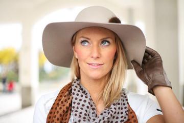 Hübsche Frau mit großem Hut
