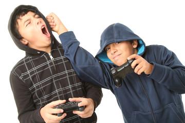 Jungen beim Raufen