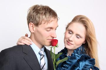 Junges Liebespaar mit Rose
