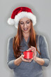 Frau mit kleinem Weihnachtsgeschenk