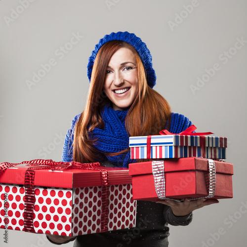 Hübsche Frau umarmt ein Geschenk
