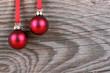rote Weihnachtskugeln vor Holzhintergrund