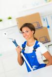 junge frau renoviert ihre küche