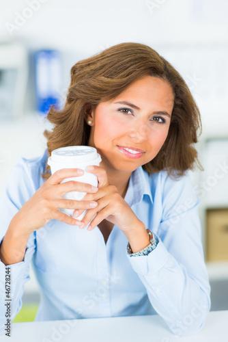 entspannte geschäftsfrau trinkt