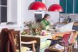Hausfrau beim Frühstück und Zeitung lesen