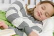 Junges Mädchen ist beim lesen eingeschlafen