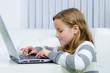 Mädchen sitzt am Laptop