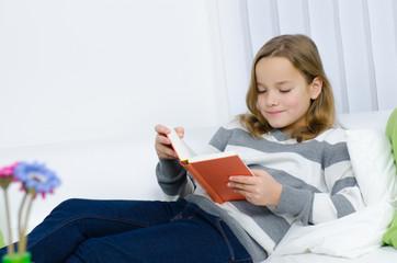 Junges Mädchen liest ein Buch