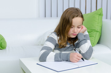 Mädchen hat keine Lust auf Hausaufgaben