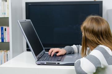 Mädchen wird durch Fernsehen abgelenkt