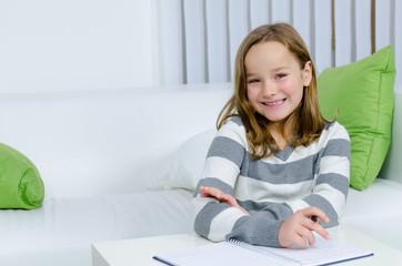 Mädchen hat Spaß bei den Hausaufgaben