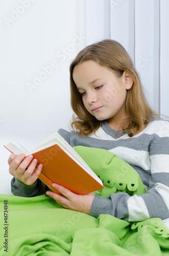Mädchen liest interessiert ein Buch