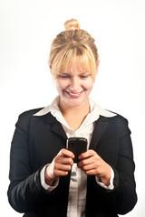 Jeune femme d'affaires utilisant son téléphone portable