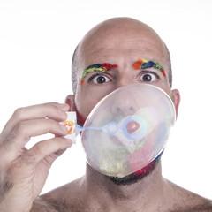 Uomo pelato con bolla di sapone