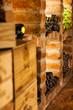 Weinkisten und Weinflaschen im Keller