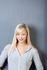 portrait einer blonden frau
