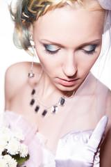 Невеста смотрит вниз с букетом, фото в студии 2