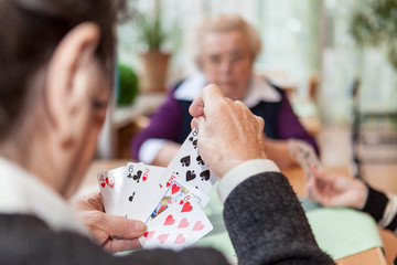 Drei ältere Damen spielen Karten