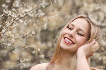 lachendes mädchen in frühlingsblüten
