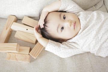 積み木と赤ん坊