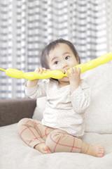 風船で遊ぶ赤ん坊