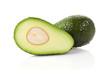 ganze und halbe avocados isoliert