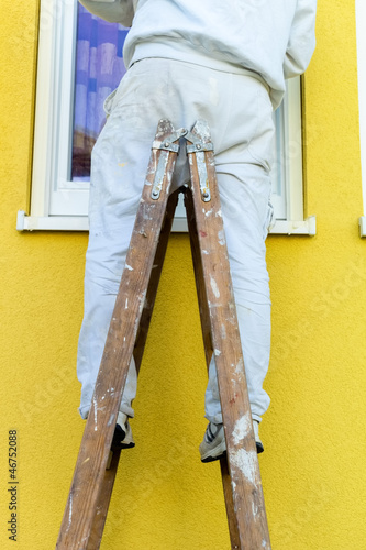 Maler auf Leiter