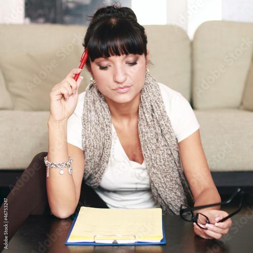Konzentrierte Frau im Wohnzimmer