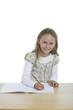 Schülerin an Ihrem Schreibtisch