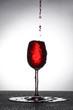 Rotwein Glas in übergelaufen