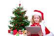kind mit tablet vorm weihnachtsbaum