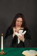 Eine Frau sticht eine Nadel in eine Puppe