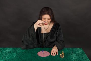 Eine Frau arbeitet mit einem Pendel