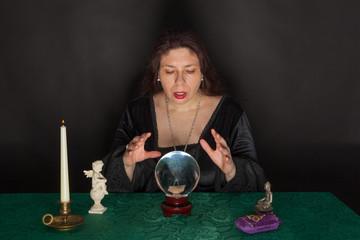 Eine Frau blickt in eine Glaskugel
