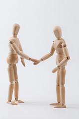 Zwei Zeichenpuppen geben sich die Hand