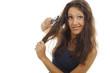 Hübsche Frau bürstet ihre Haare mit einer Grimasse aus