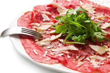 carpaccio di carne con gran e rucola