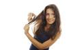 Hübsche Frau bürstet ihre Haare mit einer Grimasse