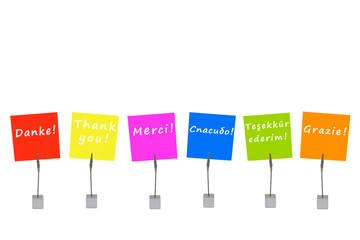 "Bunte Merkzettel: ""Danke"" in verschiedenen Sprachen"