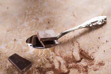 Schokoladenstücke auf Löffel